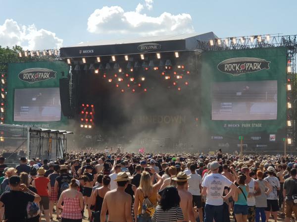 Vor der Rock-im-Park-Bühne sammeln sich tausende Besuchende fürs Konuzert.