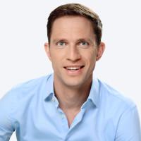 Ein Porträtbild von SRF Moderator Adi Küpfer.